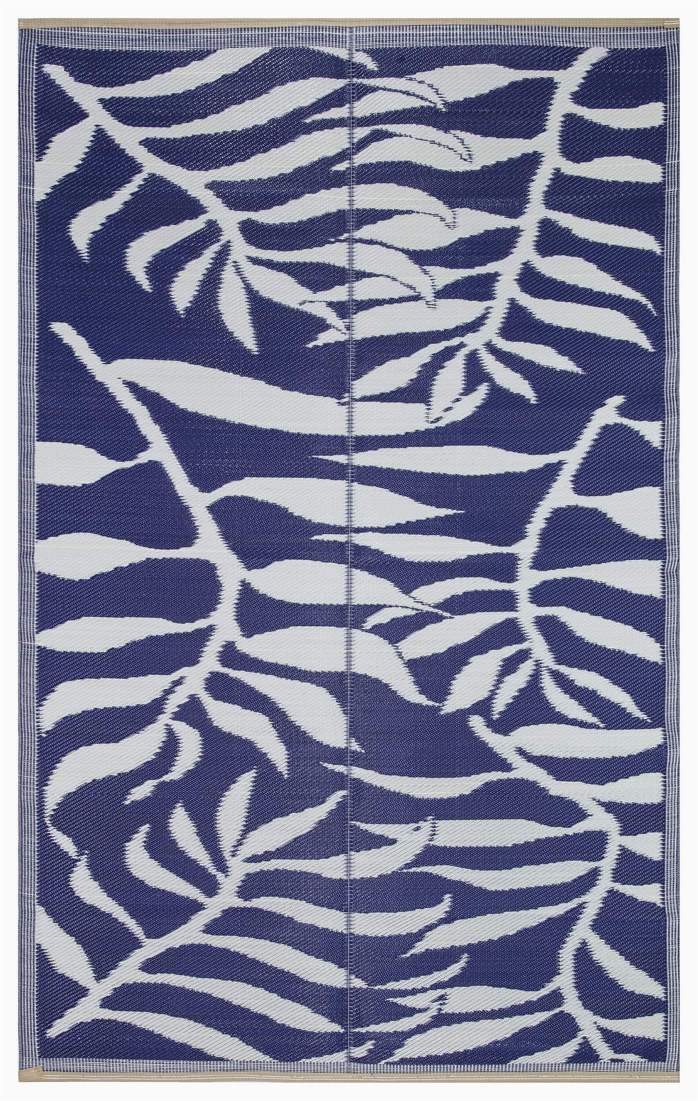 lightweight indoor outdoor reversible plastic area rug 5 9 x 8 9 feet leaf pattern blue white